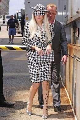 L'istrionica Lady Gaga osa un total look Salvatore Ferragamo, esagerata….