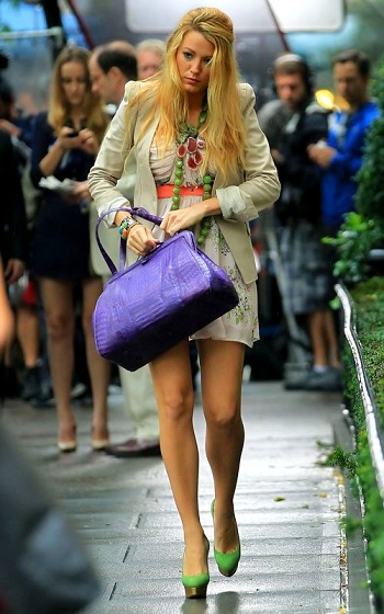 Blake Lively look glamour con scarpe Charlotte Olympia e borsa Nancy Gonzales