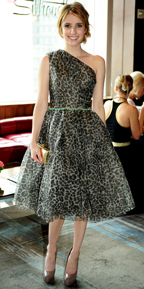 Emma Roberts veste l'animalier graffiante di Marchesa con pumps Brian Atwood