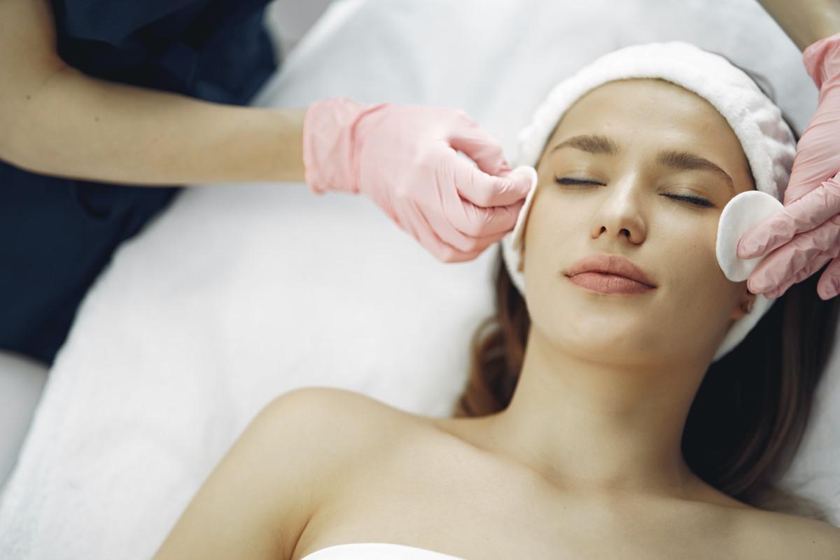 ragazza massaggio viso