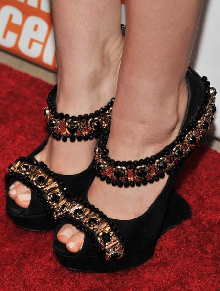 elisabeth olsen in alexander mcqueen scarpe