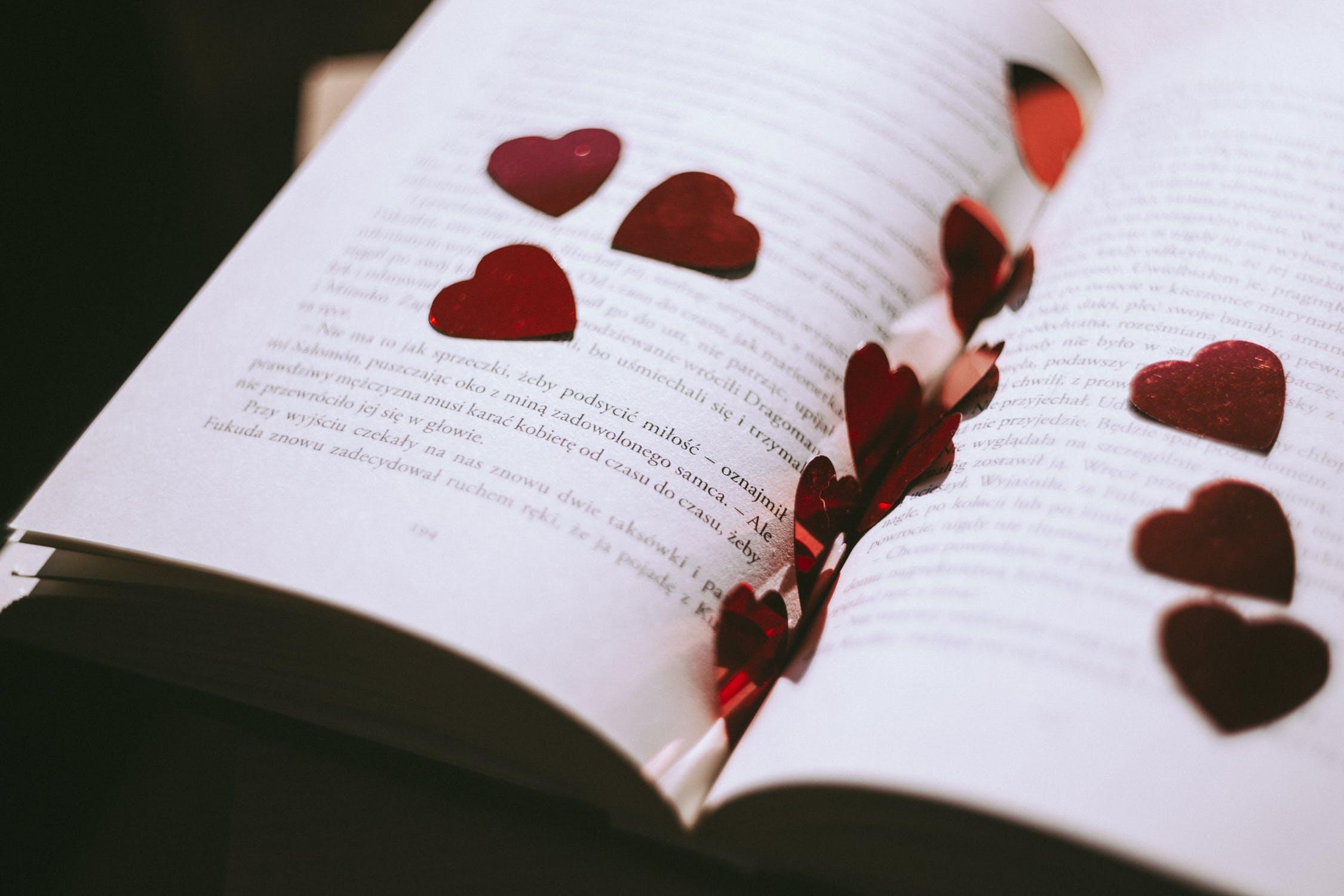 libro con petali a forma di cuore
