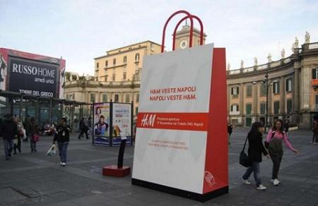 La divertente campagna pubblicitaria H&M per le strade di Napoli