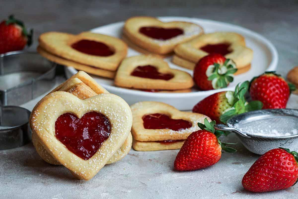 Biscotti con marmellata a forma di cuore