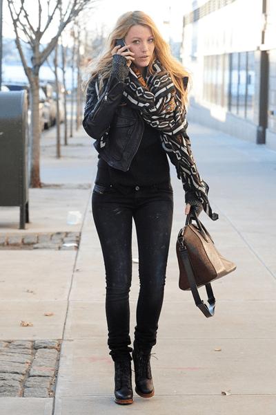 """Blake Lively con la """"Antigona"""" di Givenchy abbinata a un look biker firmato Diesel"""