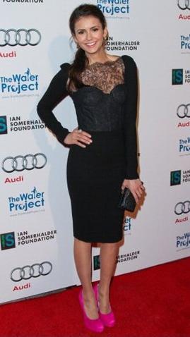 """Fuori dal set di """"The Vampire Diaries"""" Nina Dobrev adora le Maniac di Brian Atwood, persino in fucsia"""