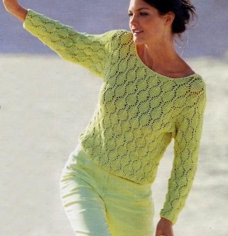 Lavori a maglia, confeziona una maglia verde a punto ajour
