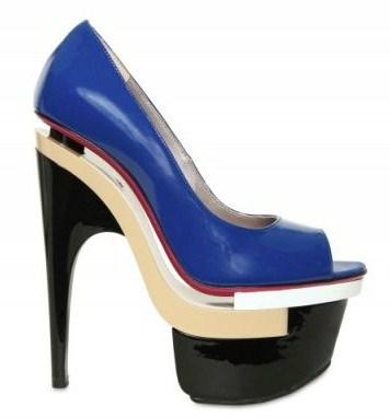 Versace e le dècolletès peep-toe con tacco 16 per l'estate, scarpe scultura uniche