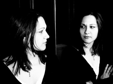 Ansia e depressione in agguato se ci si guarda allo specchio troppo a lungo