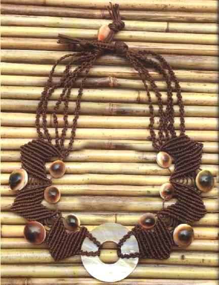 Collana bijoux nodi macramè conchiglie e madreperla