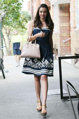 Miranda Kerr passeggia con la borsa Pyramide di Prada, una it bag per una it girl!