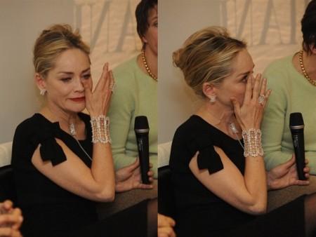 Sharon Stone si commuove parlando di solidarietà alla conferenza stampa di Damiani