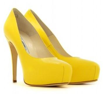 Dècolletès Brian Atwood, le Maniac giallo mimosa perfette per la Festa della Donna