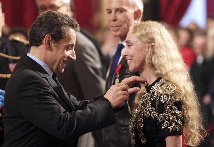 Franca Sozzani riceve da Nicolas Sarkozy la Legione d'Onore
