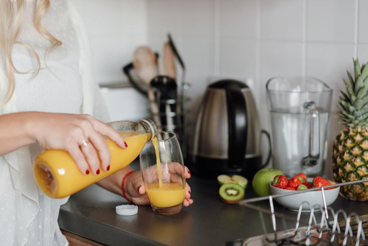 ragazza che beve succo di frutta