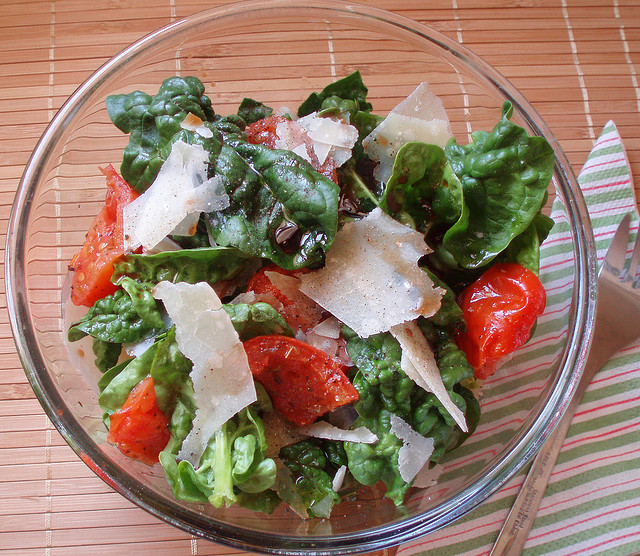 Ricette con i fiori, insalata di petali e di fiocchi di Parmigiano