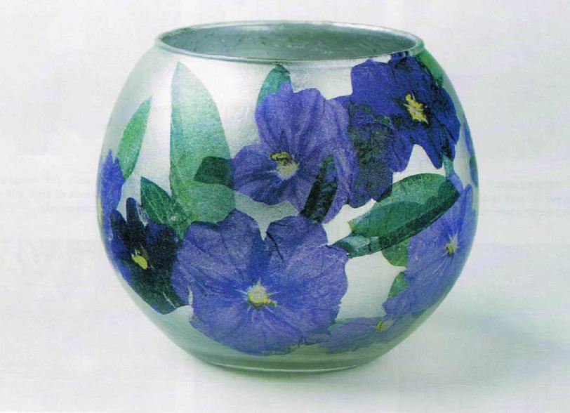 Decoupage floreale su una boccia di vetro