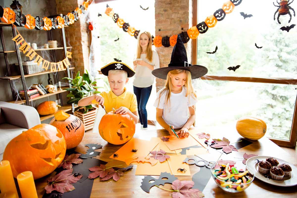 Bambini che giocano con la mamma ad Halloween