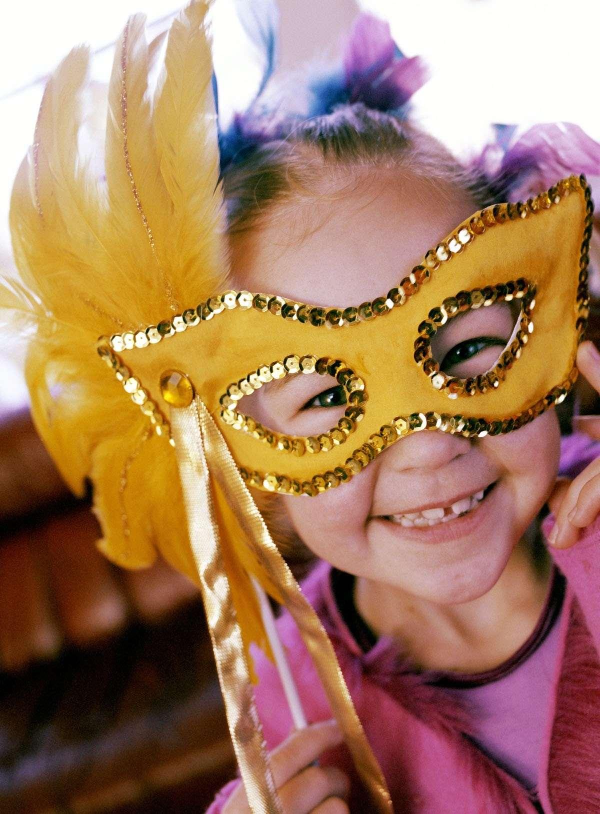 Come organizzare una festa in maschera per il tuo bambino per Carnevale [FOTO]