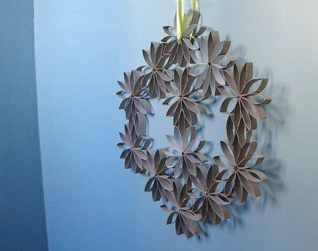 Ghirlanda decorativa con i rotoli di carta igienica