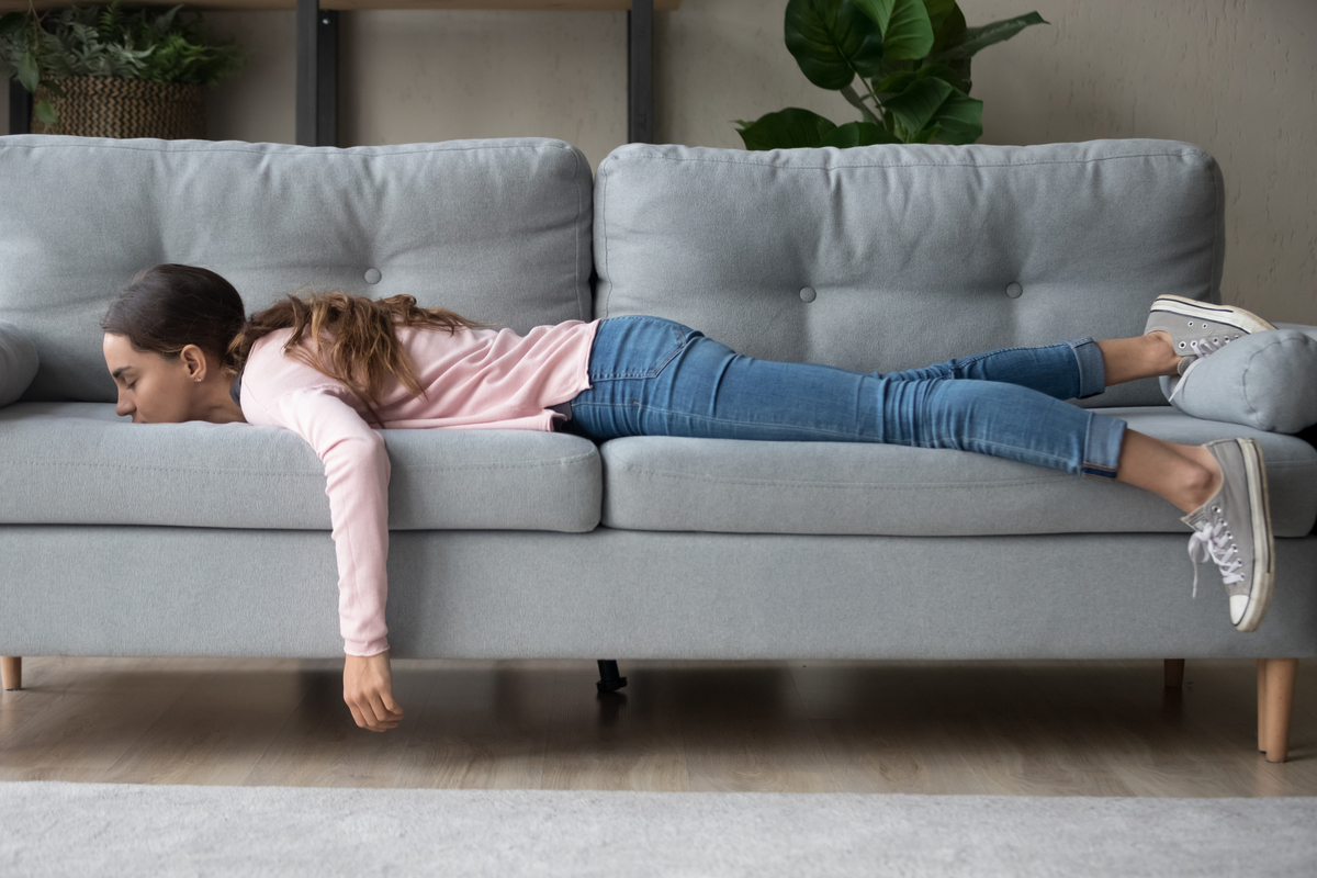 Ragazza sul divano