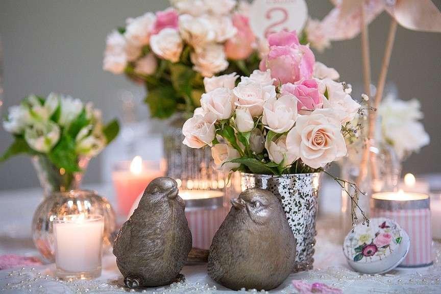 Fiori rosa e oggetti originali