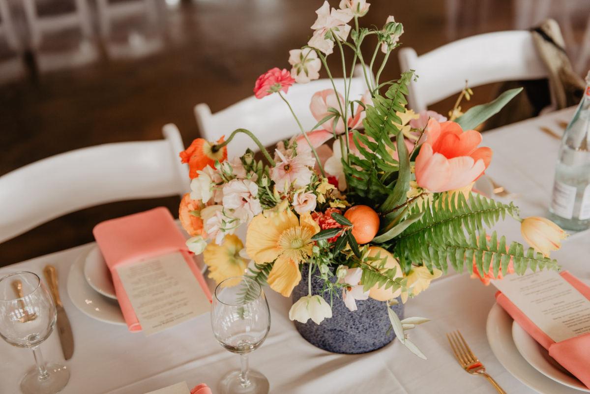 tavola apparecchiata con fiori