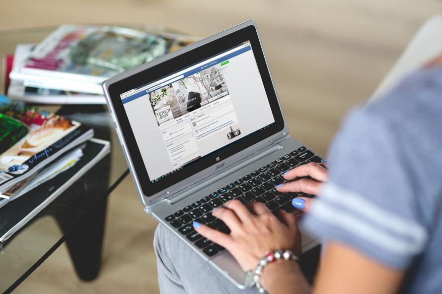 I 10 buoni motivi per cui avere (o non avere) tua madre su Facebook