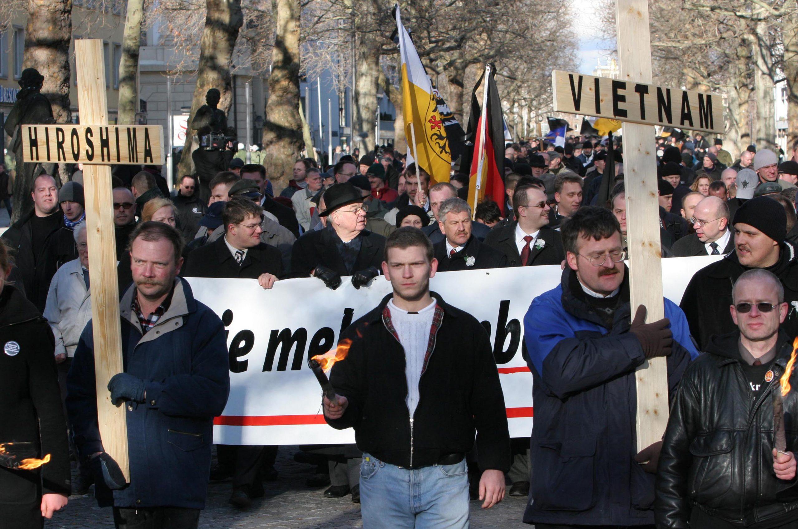 Svezia, una donna con il pugno chiuso ferma il corteo di 300 neo nazisti