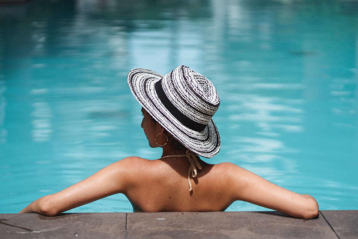 Ragazza abbronzata in piscina