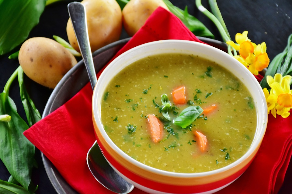 zuppa di verdure per il menu settimanale della dieta del minestrone