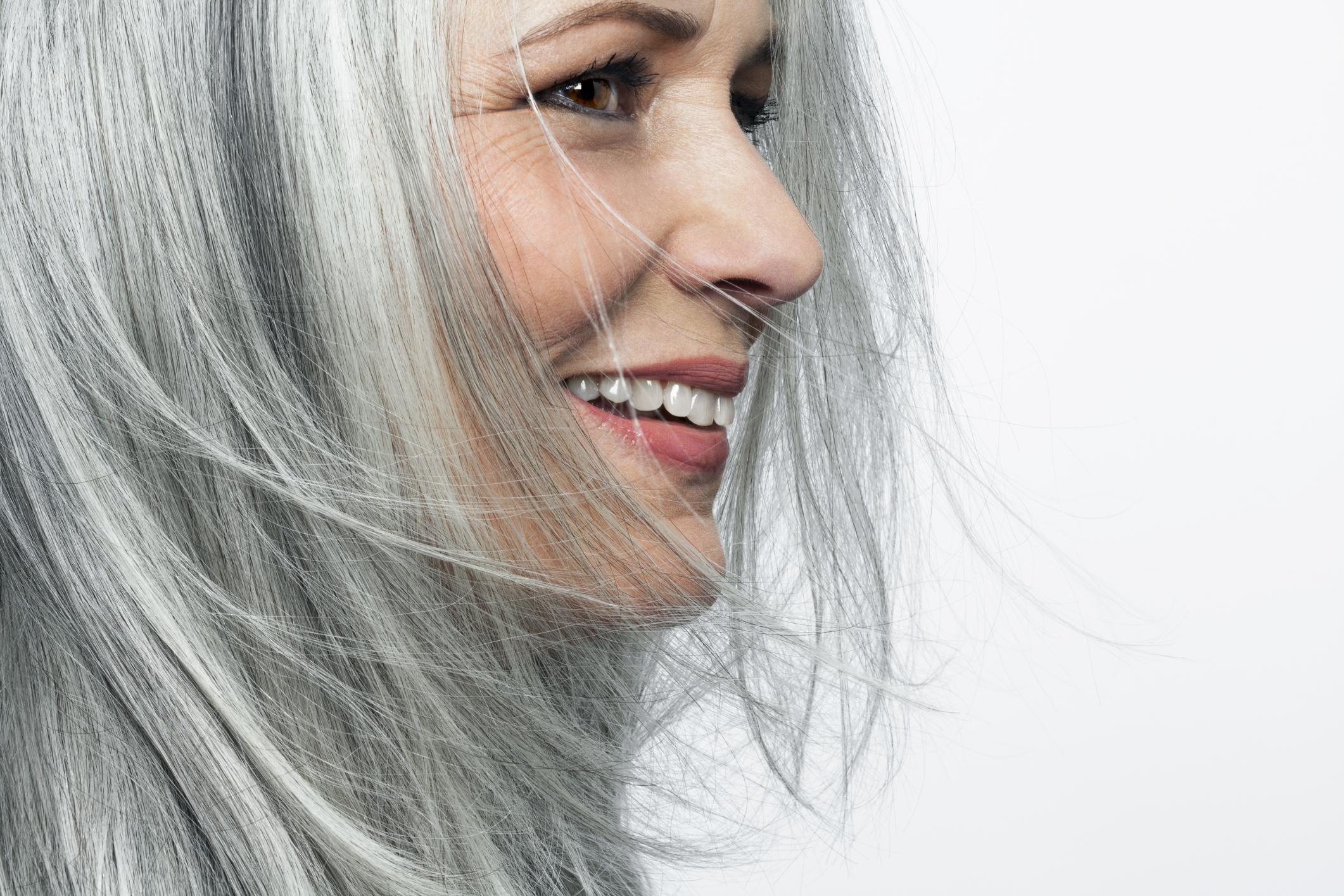 Capelli bianchi addio, scoperta la molecola e il farmaco per pigmentare il capello