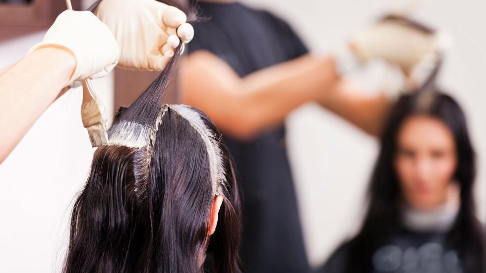 Tinta ai capelli durante l'allattamento: si può fare?