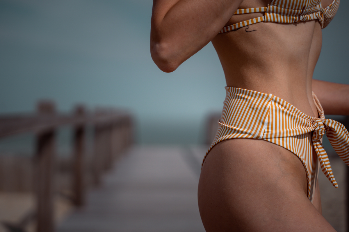 Donna con un bikini a righe