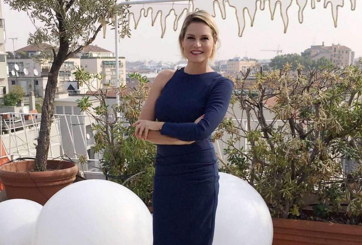 Simona Ventura (quasi) irriconoscibile nei selfie sui social: viso ritoccato?