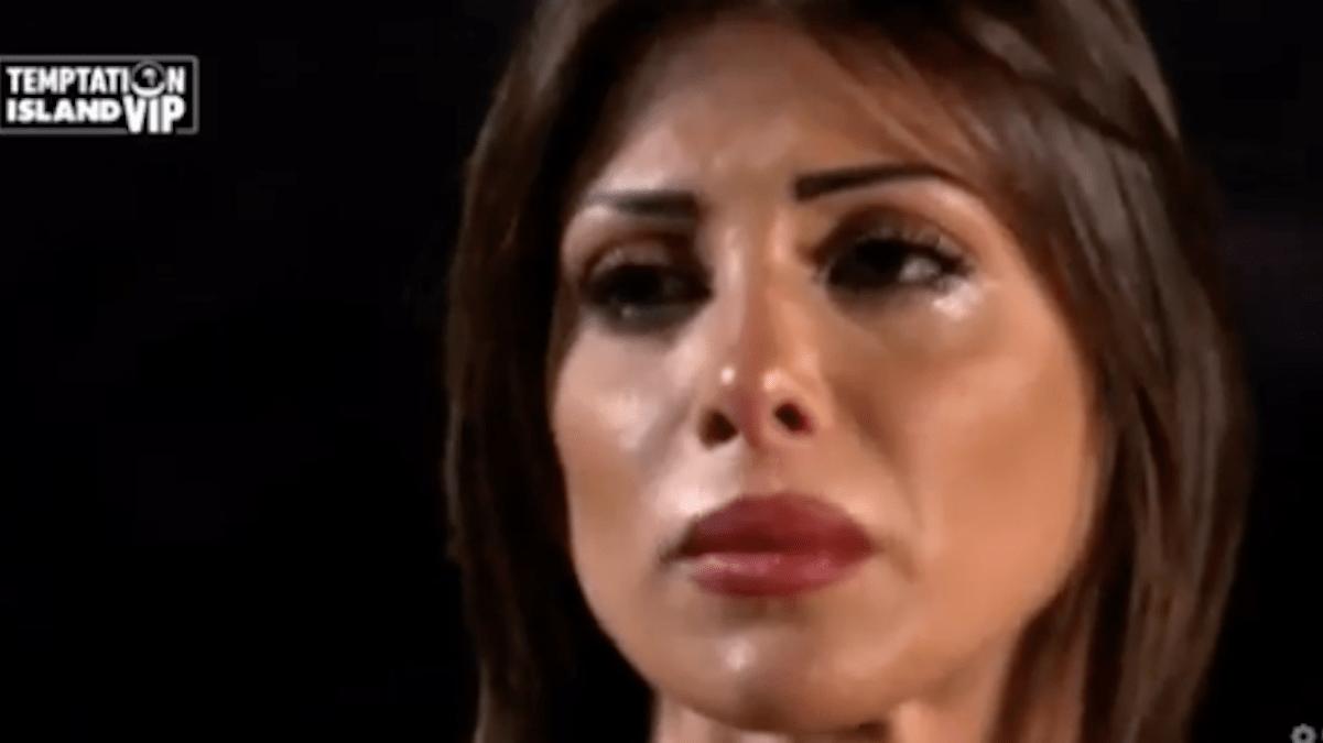 Nicoletta Larini piange per Stefano Bettarini, Simona Ventura la consola a Temptation Island Vip