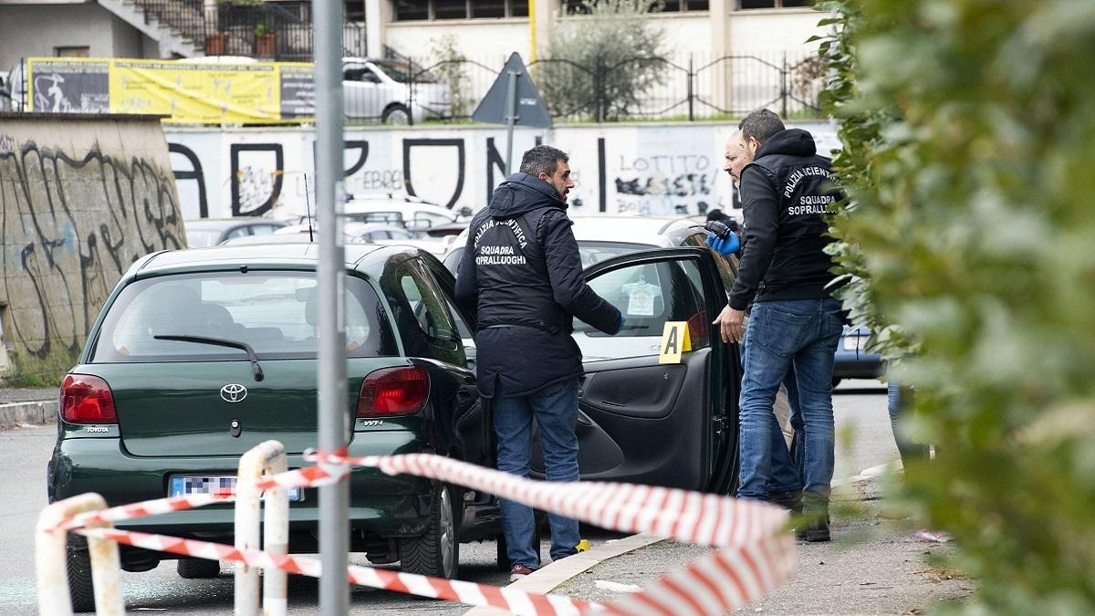 Agguato alla Magliana: davanti a un asilo sparano in testa a un uomo e fuggono in motorino