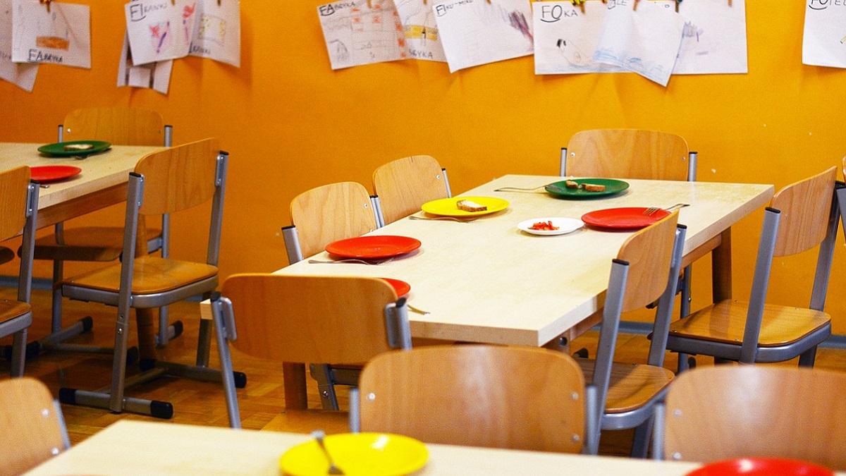 Casale, sequestrati i piatti biodegradabili dalla mensa scolastica: si sciolgono col cibo