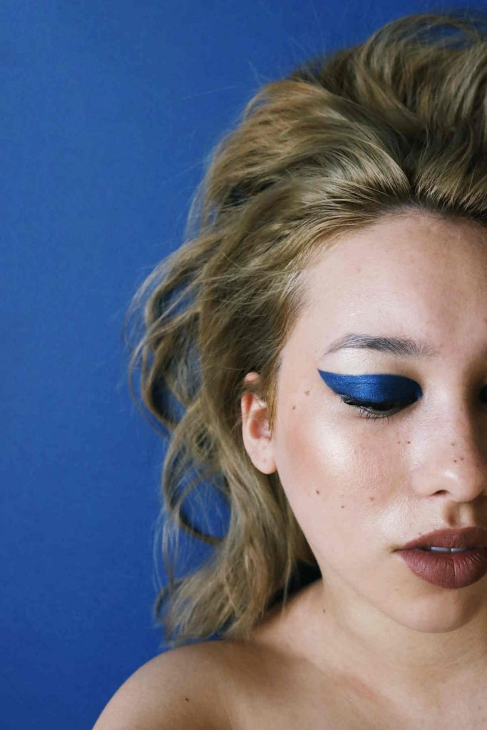 trucco occhi blu elettrico