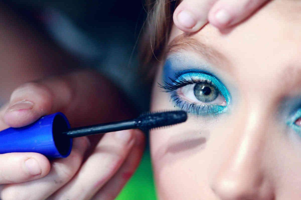 trucco occhi azzurro e blu elettrico
