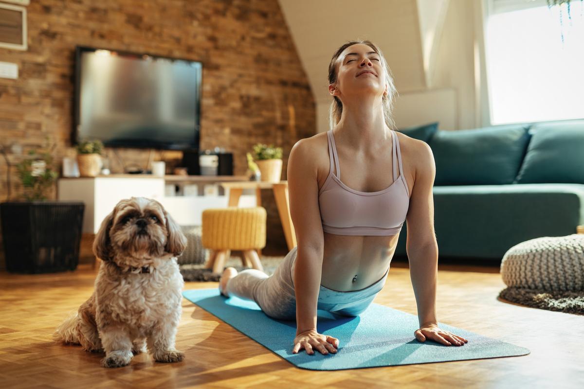 Ragazza che fa yoga col cane