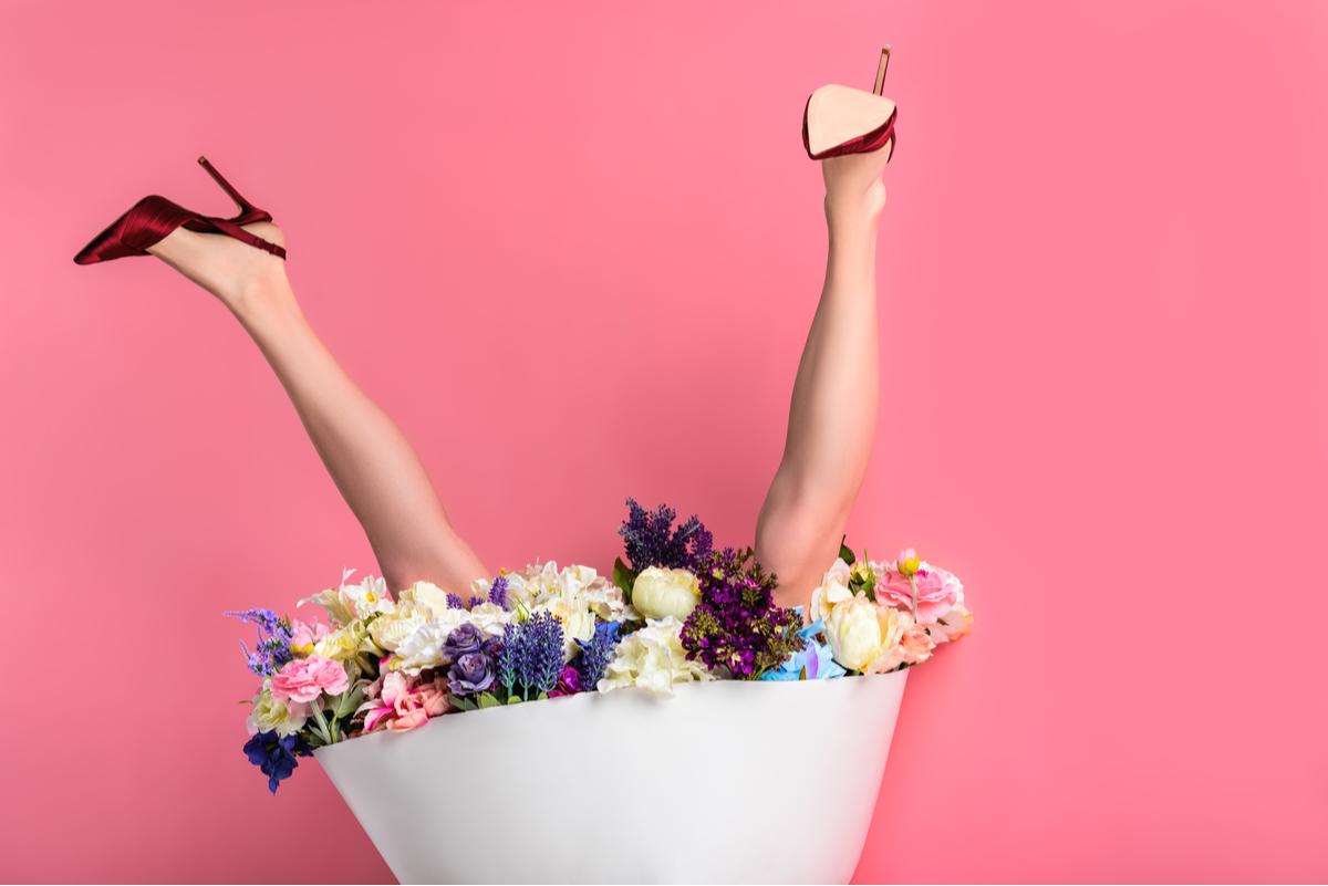 Gambe e bouquet di fiori