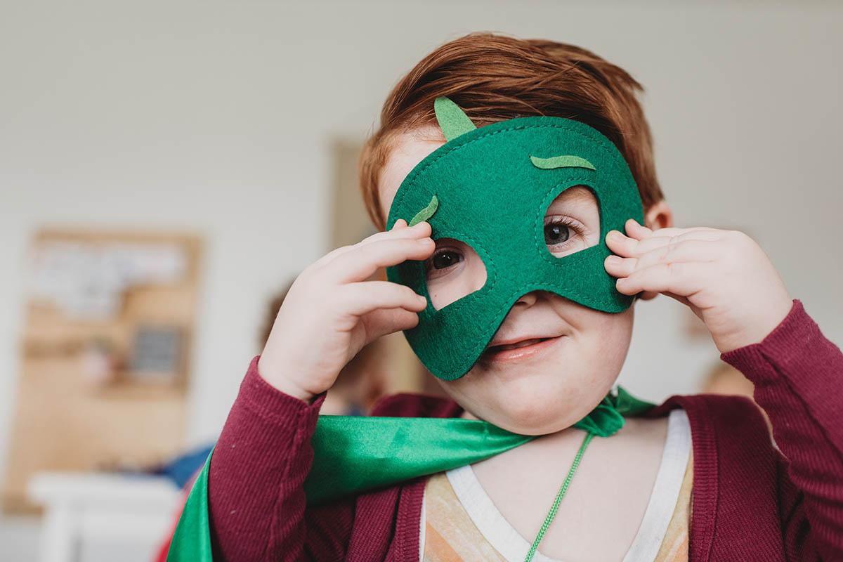 bambino con costume di carnevale