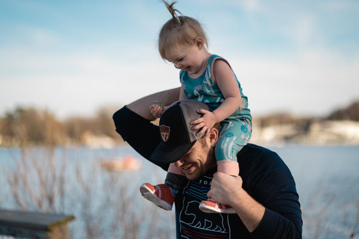 Festa del papà: le frasi più divertenti per gli auguri