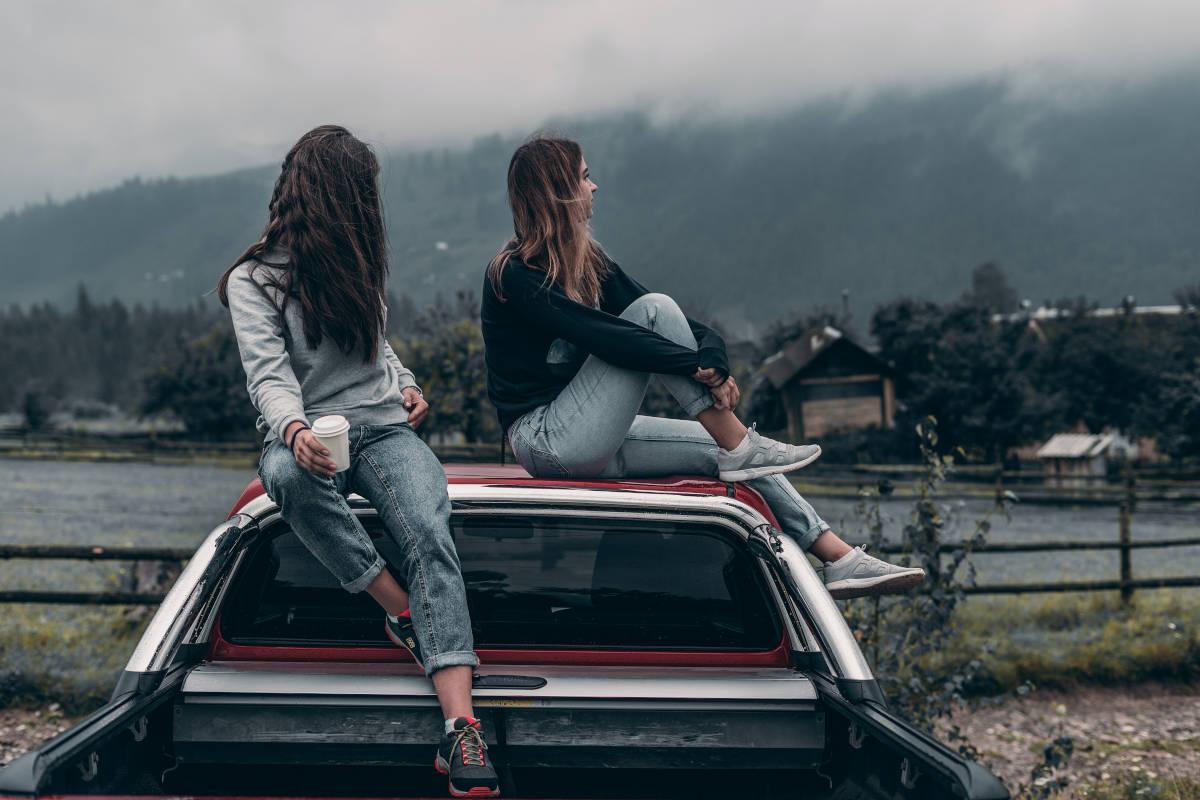 Due ragazze su una macchina