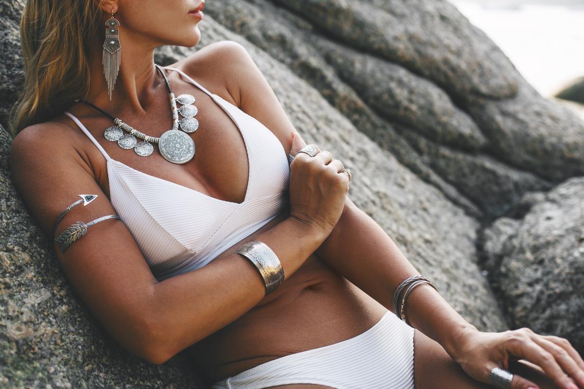 Donna con un costume bianco