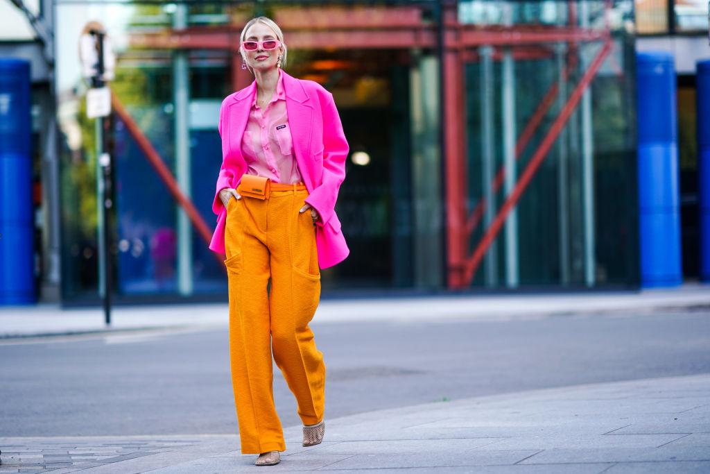 Hello Nineties! Gli occhiali con le lenti rosa sono la nuova tendenza del momento