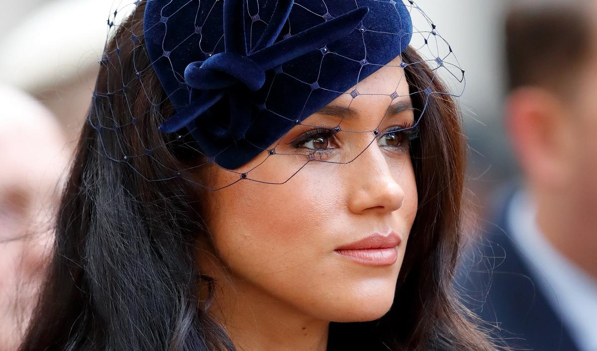Meghan Markle con un cappello di velluto blu con veletta