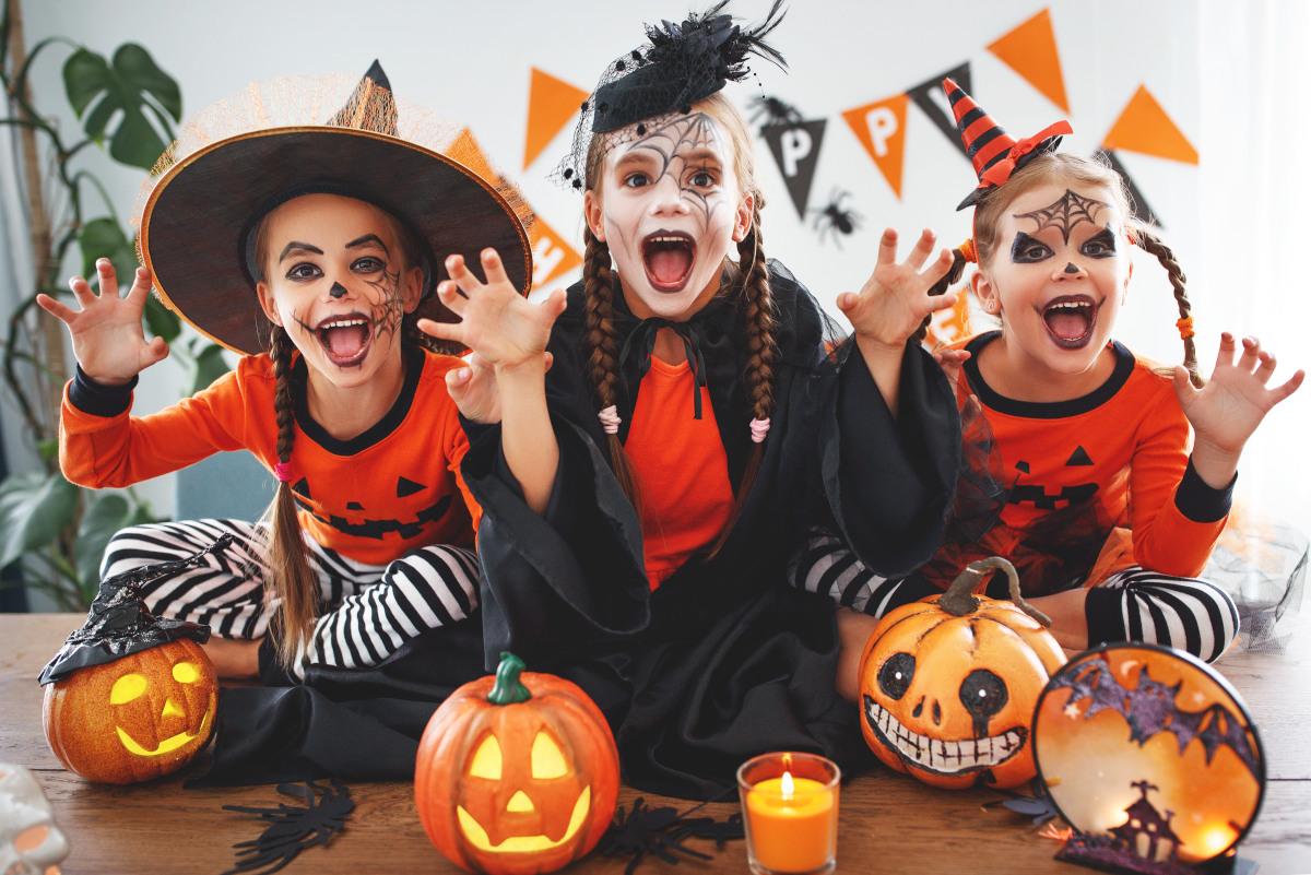 bambini mascherati per Halloween che si divertono
