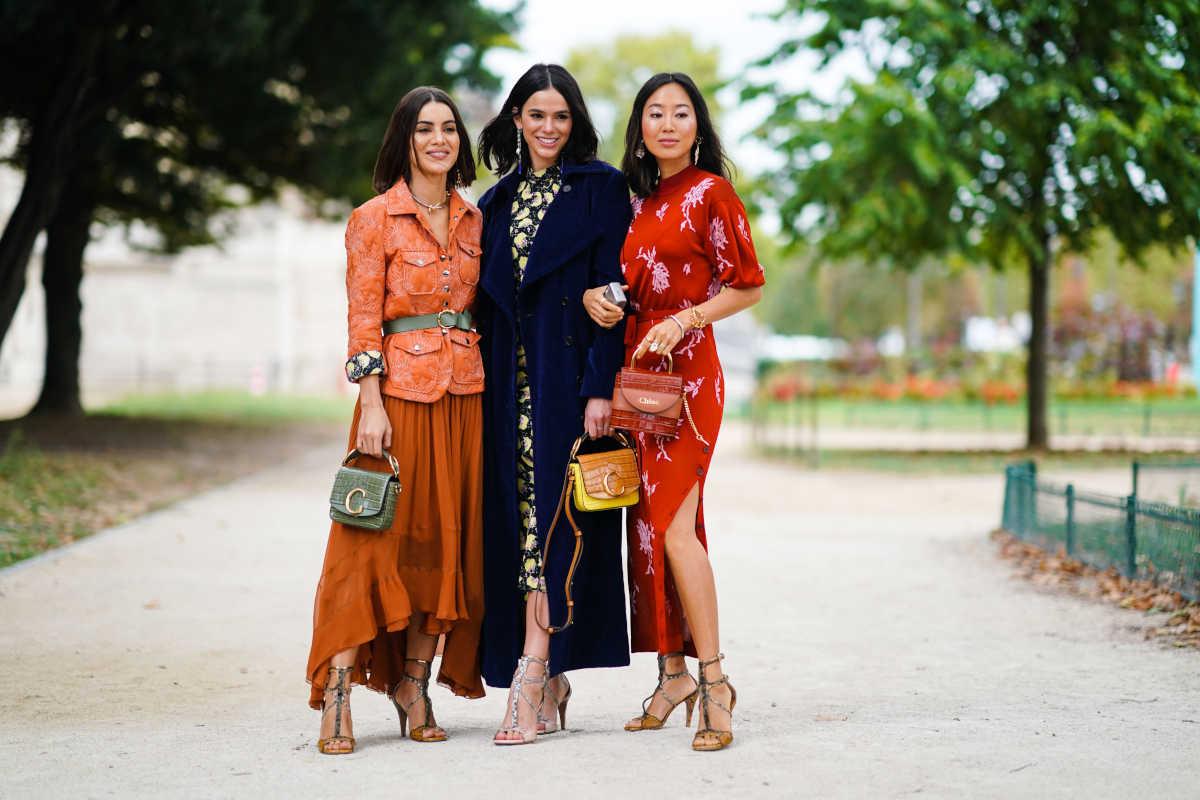 Donne con abiti lunghi autunnali